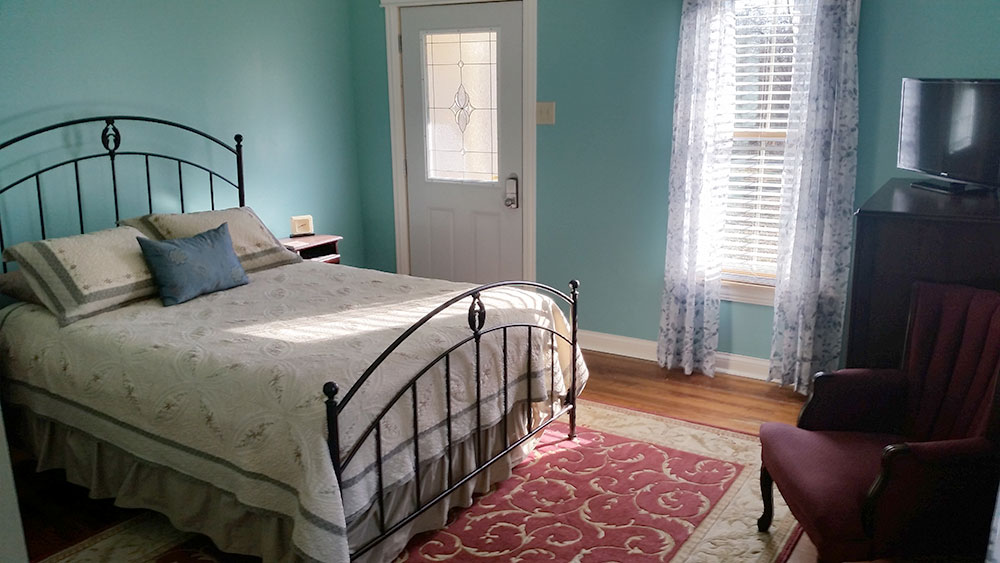 Katy Trail Bed and Breakfast - Jefferson Room - bed, chair, TV and furnishings