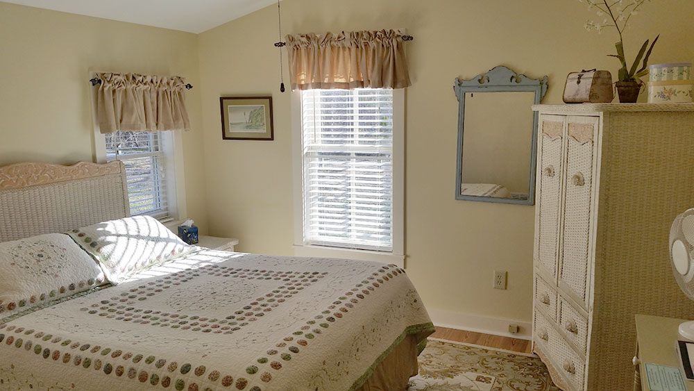 Katy Trail Bed and Breakfast - Katy View Room - bed and wardrobe closet